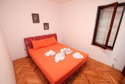 Спальня 2. Будванская ривьера, Черногория, Петровац : Апартамент для 4 человек, с 2-мя отдельными спальнями, 70 метров до моря