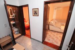 Коридор. Будванская ривьера, Черногория, Петровац : Апартамент для 4 человек, с 2-мя отдельными спальнями, 70 метров до моря