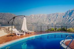 Бассейн. Боко-Которская бухта, Черногория, Муо : Вилла с бассейном и шикарным видом на море, гостиная, 6 спален, 3 ванные комнаты, Wi-Fi