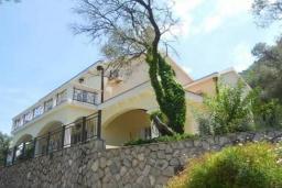 Фасад дома. Боко-Которская бухта, Черногория, Муо : Вилла с бассейном и шикарным видом на море, гостиная, 6 спален, 3 ванные комнаты, Wi-Fi