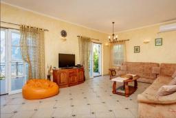 Гостиная. Боко-Которская бухта, Черногория, Муо : Вилла с бассейном и шикарным видом на море, гостиная, 6 спален, 3 ванные комнаты, Wi-Fi