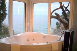 Ванная комната 2. Будванская ривьера, Черногория, Петровац : Вилла с бассейном и видом на море, гостиная, 3 спальни, 3 ванные комнаты, джакузи, Wi-Fi