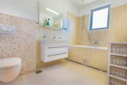 Ванная комната. Будванская ривьера, Черногория, Кримовица : Вилла с бассейном и шикарным видом на море, гостиная, 4 спальни, 3 ванные комнаты, терраса для отдыха, Wi-Fi