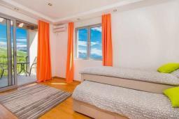 Спальня 2. Будванская ривьера, Черногория, Кримовица : Вилла с бассейном и шикарным видом на море, гостиная, 4 спальни, 3 ванные комнаты, терраса для отдыха, Wi-Fi