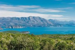 Вид на море. Будванская ривьера, Черногория, Кримовица : Вилла с бассейном и шикарным видом на море, гостиная, 4 спальни, 3 ванные комнаты, терраса для отдыха, Wi-Fi