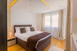 Спальня 3. Будванская ривьера, Черногория, Кримовица : Вилла с бассейном и шикарным видом на море, гостиная, 4 спальни, 3 ванные комнаты, терраса для отдыха, Wi-Fi