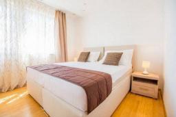 Спальня 4. Будванская ривьера, Черногория, Кримовица : Вилла с бассейном и шикарным видом на море, гостиная, 4 спальни, 3 ванные комнаты, терраса для отдыха, Wi-Fi