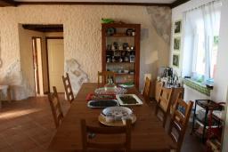Обеденная зона. Будванская ривьера, Черногория, Кримовица : Двухэтажный каменный дом с шикарным видом на море, гостиная, 5 спален, 3 ванные комнаты, место для парковки и место для барбекю