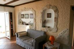 Гостиная. Будванская ривьера, Черногория, Кримовица : Двухэтажный каменный дом с шикарным видом на море, гостиная, 5 спален, 3 ванные комнаты, место для парковки и место для барбекю