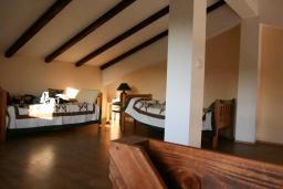 Спальня. Будванская ривьера, Черногория, Кримовица : Двухэтажный каменный дом с шикарным видом на море, гостиная, 5 спален, 3 ванные комнаты, место для парковки и место для барбекю