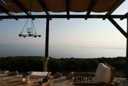 Вид на море. Будванская ривьера, Черногория, Кримовица : Двухэтажный каменный дом с шикарным видом на море, гостиная, 5 спален, 3 ванные комнаты, место для парковки и место для барбекю