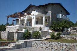 Фасад дома. Будванская ривьера, Черногория, Кримовица : Двухэтажный каменный дом с шикарным видом на море, гостиная, 5 спален, 3 ванные комнаты, место для парковки и место для барбекю