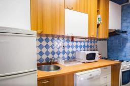 Кухня. Будванская ривьера, Черногория, Риека Режевичи : Двухэтажный каменный дом с бассейном и видом на море, гостиная, 4 спальни, 3 ванные комнаты, место для барбекю, место для парковки, Wi-Fi