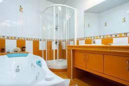 Ванная комната 2. Будванская ривьера, Черногория, Риека Режевичи : Двухэтажный каменный дом с бассейном и видом на море, гостиная, 4 спальни, 3 ванные комнаты, место для барбекю, место для парковки, Wi-Fi