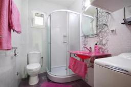 Ванная комната. Будванская ривьера, Черногория, Петровац : Двухэтажная вилла с бассейном и видом на море, 2 гостиные, 4 спальни, 2 ванные комнаты, Wi-Fi
