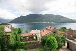 Вид на море. Боко-Которская бухта, Черногория, Пераст : Четырехэтажный каменный дом с просторным двориком и видом на море, 2 гостиные, 2 кухни, 9 спален, 8 ванных комнат