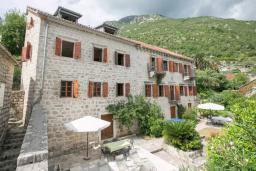 Фасад дома. Боко-Которская бухта, Черногория, Пераст : Четырехэтажный каменный дом с просторным двориком и видом на море, 2 гостиные, 2 кухни, 9 спален, 8 ванных комнат