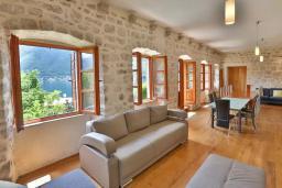 Гостиная. Боко-Которская бухта, Черногория, Пераст : Четырехэтажный каменный дом с просторным двориком и видом на море, 2 гостиные, 2 кухни, 9 спален, 8 ванных комнат