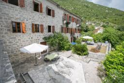 Территория. Боко-Которская бухта, Черногория, Пераст : Четырехэтажный каменный дом с просторным двориком и видом на море, 2 гостиные, 2 кухни, 9 спален, 8 ванных комнат