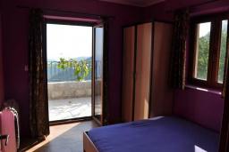 Спальня 2. Будванская ривьера, Черногория, Будва : Двухэтажная вилла с бассейном и видом на море, гостиная, 3 спальни, 2 ванные комнаты, джакузи, место для барбекю, парковка, Wi-Fi