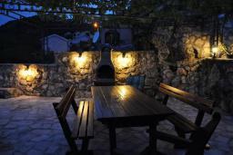 Территория. Будванская ривьера, Черногория, Будва : Двухэтажная вилла с бассейном и видом на море, гостиная, 3 спальни, 2 ванные комнаты, джакузи, место для барбекю, парковка, Wi-Fi