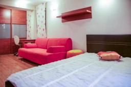 Спальня 2. Будванская ривьера, Черногория, Будва : Вилла с бассейном и шикарным видом на море, просторная гостиная, 3 спальни, 2 ванные комнаты, место для парковки, место для барбекю на большой террасе, Wi-Fi