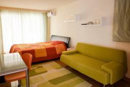 Спальня 3. Будванская ривьера, Черногория, Будва : Вилла с бассейном и шикарным видом на море, просторная гостиная, 3 спальни, 2 ванные комнаты, место для парковки, место для барбекю на большой террасе, Wi-Fi