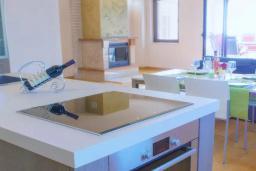 Кухня. Будванская ривьера, Черногория, Пржно : Роскошная вилла с бассейном и джакузи, гостиная, 2 спальни, 4 ванные комнаты, терраса с шикарным видом на море, парковка, Wi-Fi