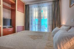 Спальня. Будванская ривьера, Черногория, Святой Стефан : Вилла с бассейном и большой террасой, гостиная, 3 спальни, 3 ванные комнаты, Wi-Fi