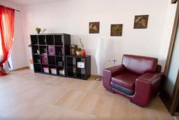 Гостиная. Будванская ривьера, Черногория, Будва : Апартамент с гостиной, двумя спальнями и большим балконом с видом на море