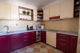 Кухня. Будванская ривьера, Черногория, Будва : Апартамент с гостиной, двумя спальнями и большим балконом с видом на море