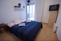 Спальня. Будванская ривьера, Черногория, Будва : Апартамент с гостиной, двумя спальнями и большим балконом с видом на море