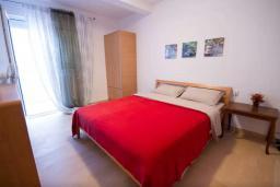 Спальня 2. Будванская ривьера, Черногория, Будва : Апартамент с гостиной, двумя спальнями и большим балконом с видом на море