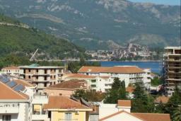 Вид. Будванская ривьера, Черногория, Будва : Апартамент с гостиной, двумя спальнями и большим балконом с видом на море