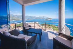 Балкон. Будванская ривьера, Черногория, Будва : Апартамент с гостиной, двумя спальнями, двумя ванными комнатами, 4 балкона с шикарным видом на море
