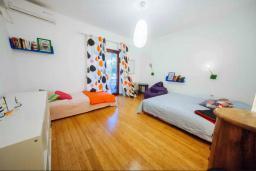 Спальня. Будванская ривьера, Черногория, Будва : Апартамент с гостиной, двумя спальнями, двумя ванными комнатами, 4 балкона с шикарным видом на море