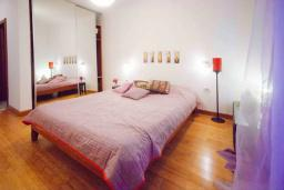 Спальня 2. Будванская ривьера, Черногория, Будва : Апартамент с гостиной, двумя спальнями, двумя ванными комнатами, 4 балкона с шикарным видом на море