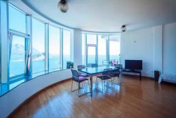Гостиная. Будванская ривьера, Черногория, Будва : Апартамент с гостиной, двумя спальнями, двумя ванными комнатами, 4 балкона с шикарным видом на море