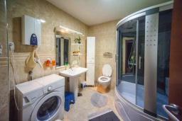 Ванная комната. Будванская ривьера, Черногория, Будва : Апартамент с гостиной, двумя спальнями, двумя ванными комнатами, 4 балкона с шикарным видом на море
