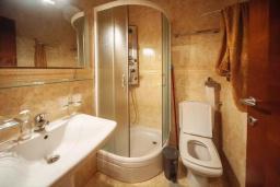 Ванная комната 2. Будванская ривьера, Черногория, Будва : Апартамент с гостиной, двумя спальнями, двумя ванными комнатами, 4 балкона с шикарным видом на море