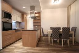 Кухня. Бечичи, Черногория, Бечичи : Апартамент с просторной гостиной, двумя спальнями, двумя ванными комнатами и двумя балконами