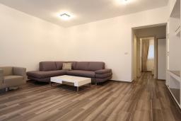 Гостиная. Будванская ривьера, Черногория, Бечичи : Апартамент с просторной гостиной, двумя спальнями, двумя ванными комнатами и двумя балконами