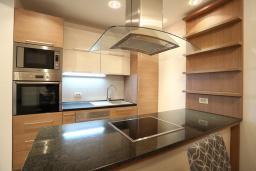 Кухня. Будванская ривьера, Черногория, Бечичи : Апартамент с просторной гостиной, двумя спальнями, двумя ванными комнатами и двумя балконами