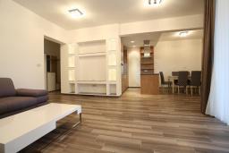 Гостиная. Бечичи, Черногория, Бечичи : Апартамент с просторной гостиной, двумя спальнями, двумя ванными комнатами и двумя балконами