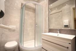 Ванная комната. Будванская ривьера, Черногория, Бечичи : Апартамент с просторной гостиной, двумя спальнями, двумя ванными комнатами и двумя балконами