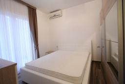 Спальня. Будванская ривьера, Черногория, Бечичи : Апартамент с просторной гостиной, двумя спальнями, двумя ванными комнатами и двумя балконами
