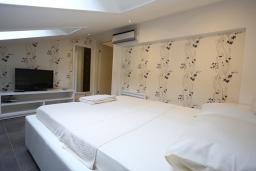 Спальня. Будванская ривьера, Черногория, Бечичи : Апартамент с просторной гостиной, двумя спальнями и балконом с видом на море