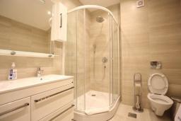 Ванная комната. Бечичи, Черногория, Бечичи : Апартамент с просторной гостиной, двумя спальнями и балконом с видом на море