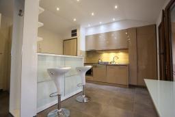 Кухня. Бечичи, Черногория, Бечичи : Апартамент с просторной гостиной, двумя спальнями и балконом с видом на море