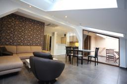 Гостиная. Будванская ривьера, Черногория, Бечичи : Апартамент с просторной гостиной, двумя спальнями и балконом с видом на море